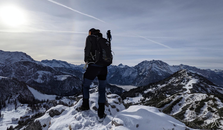 Wanderer auf dem schneebedeckten Berg