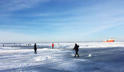 Menschen auf der zugefrorenen Ostsee