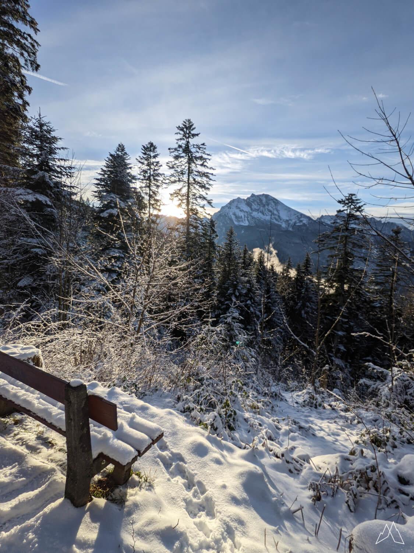 Verschneite Bank in den Alpen