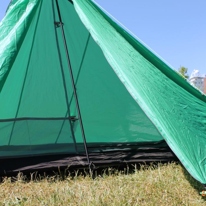 Aufgebautes Zelt von Gram-Counter Gear mit offener Tür