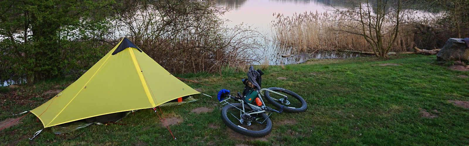 Trekking-mit-dem-Bike-und-leichtem-Gepaeck-1600