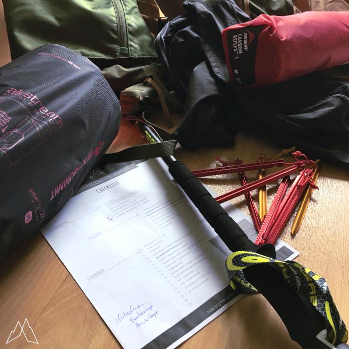 Ausrüstung auf dem Boden mit Liste zum Abstreichen