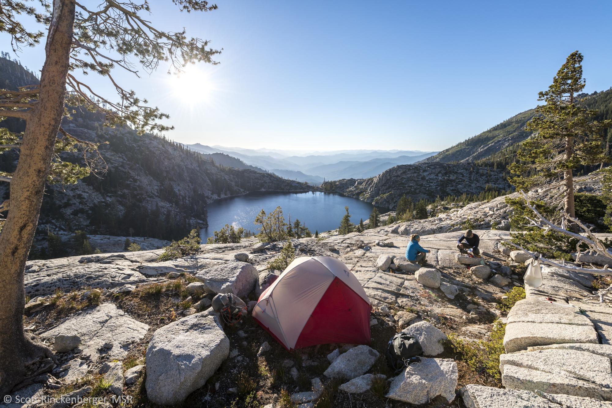 Das MSR Hubba steht auf einem Felsplateau. Der Blick geht weit in die Landschaft über einen See.