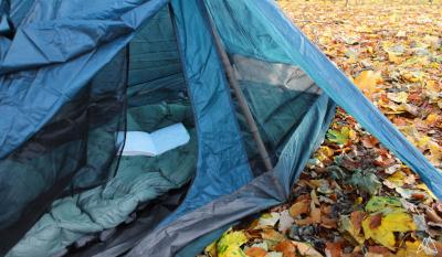 Zelt aufgebaut im Herbstwald