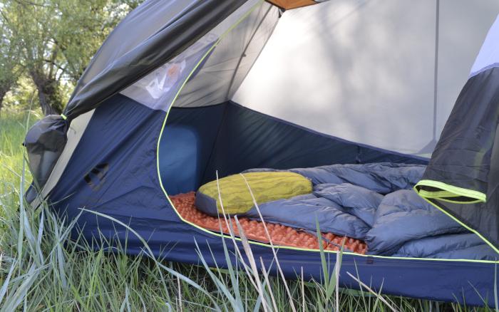 Isomatte in Zelt mit Schlafsack und Kopfkissen