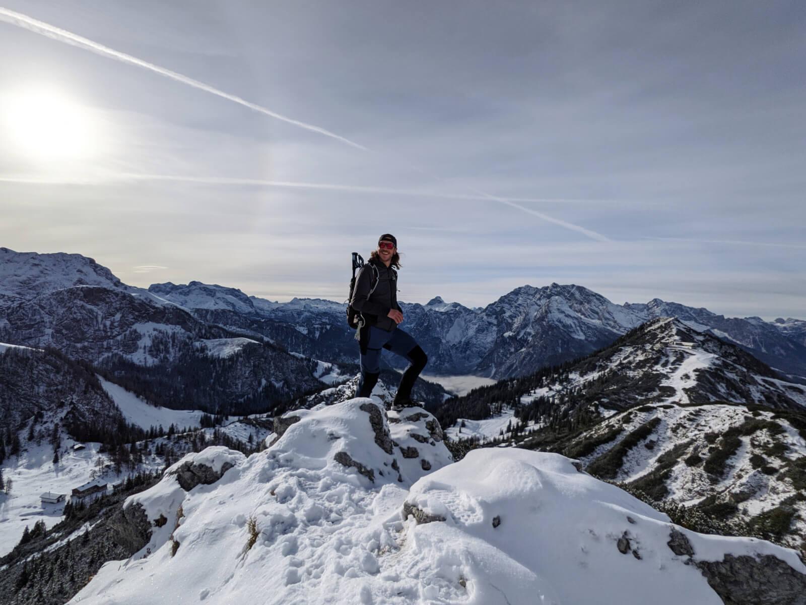 Wanderer im Schnee auf einem Bergkamm