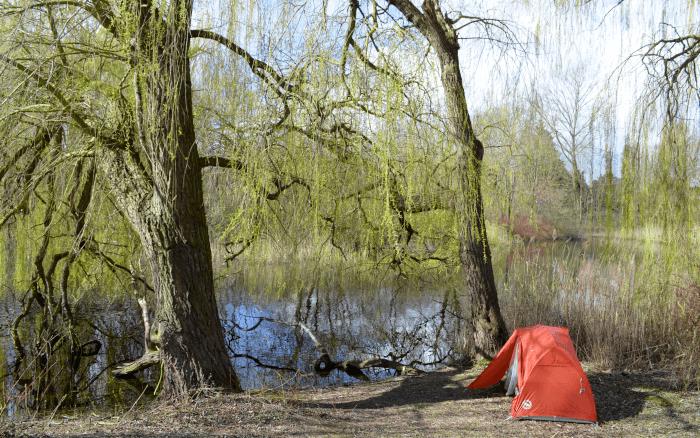 Orangenes Zelt aufgestellt am See