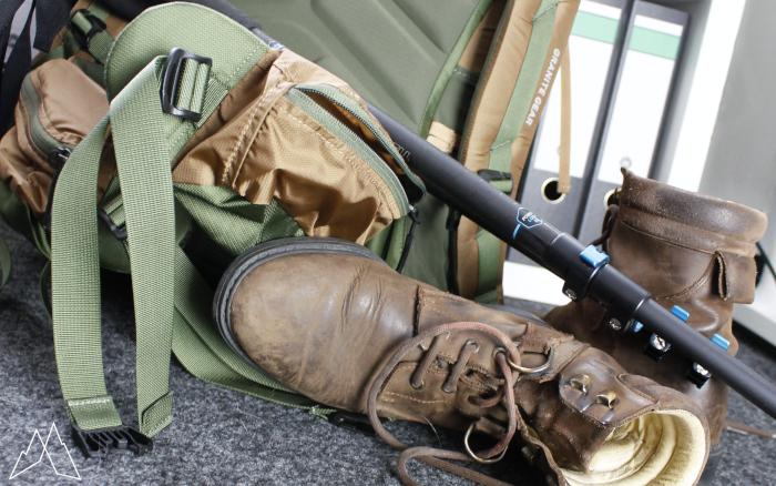 Rucksack in der Ecke mit Wanderschuhen