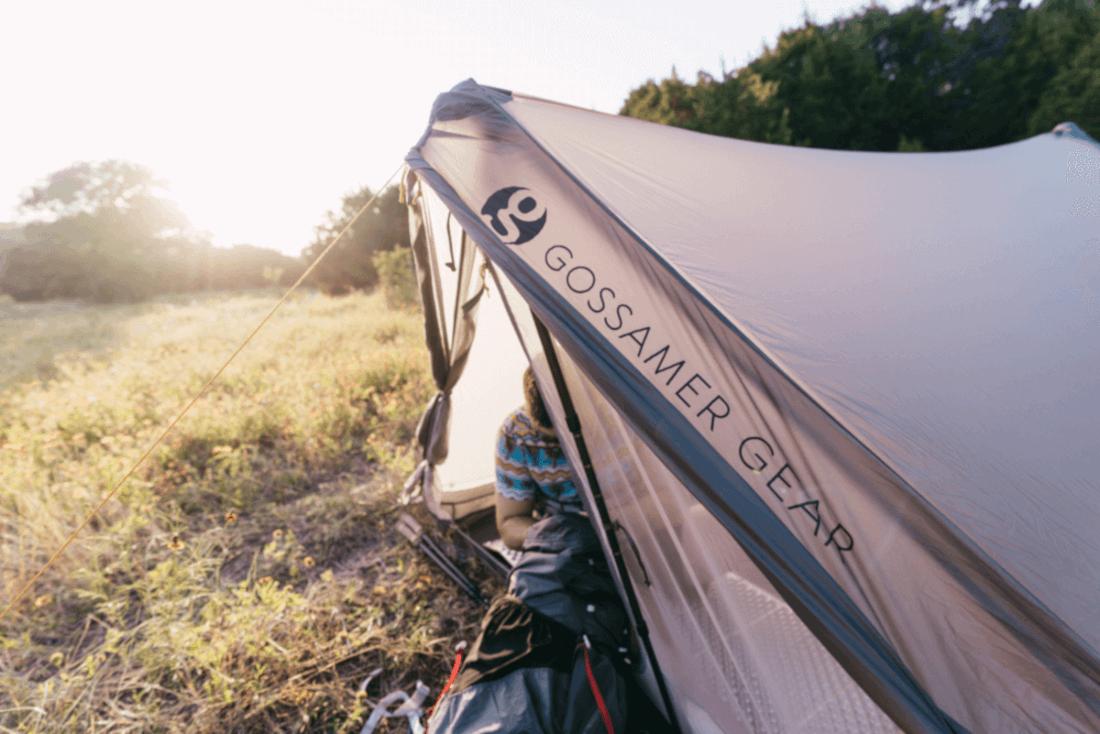 Gossamer Gear The Two Zelt im gegenlicht. Die Schulter eines Wanderers ist zu sehen.